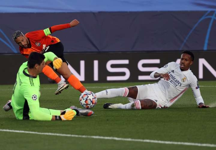El defensa del Real Madrid Militao (d) pelea una posesión con el extremo del Shakthar Marlos (i). /EFE