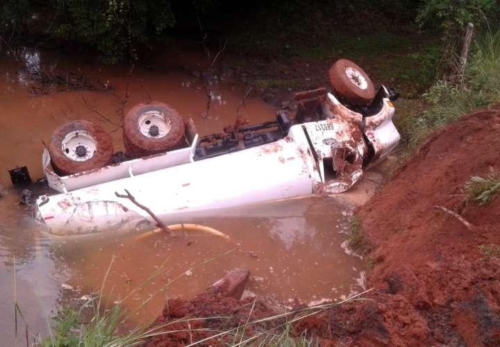 Camionero pierde el control y cae al río