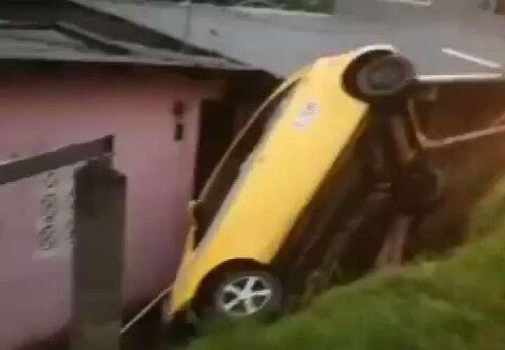 Taxi cae sobre vivienda.  Varios accidentes por lluvia y caída de árboles