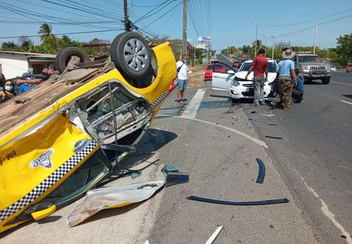 Taxi termina volcado en la vía tras colisión en Chitré