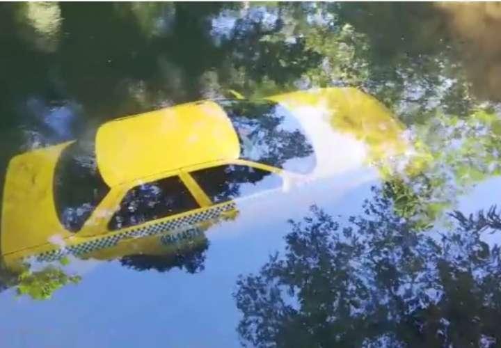 Hallan taxi bajo el agua de una quebrada en Paraíso ¿Dónde está el dueño?