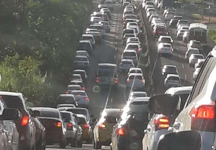 """Taxistas de Oeste protestan y piden que se mantengan sistema de """"par y non"""""""