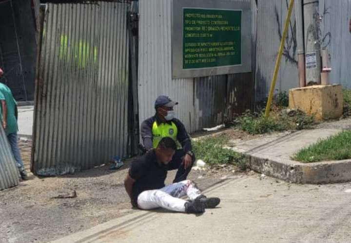 El imputado trató de escapar de la escena, e intentó abordar varios taxis, pero fue aprehendido por unidades policiales.