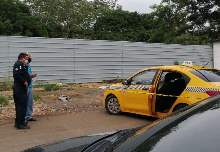 Dos taxistas resultan heridos para robarles