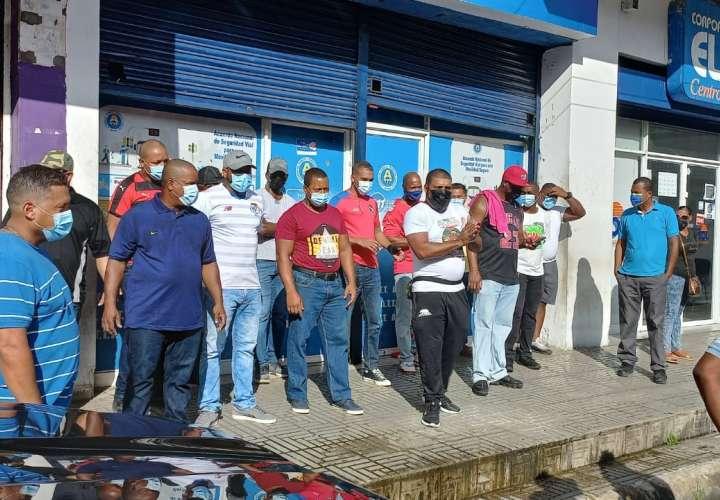 Taxistas colonenses protestan en sede de la ATTT por irregularidades