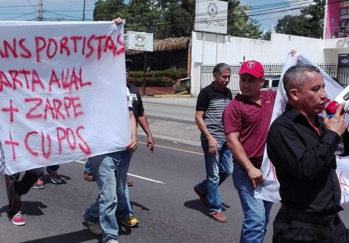 Taxistas marchan por traslados de cupos y piden anulación de zarpe