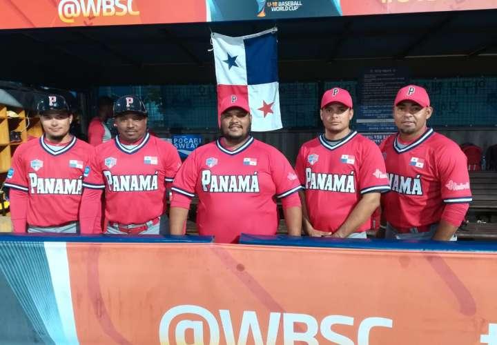Aquí el cuerpo técnico de la selección nacional U18 de Panamá. / Foto Corresía