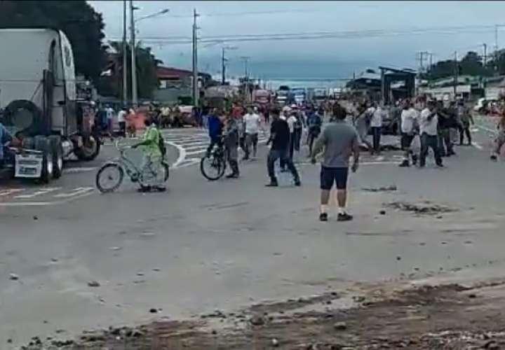 Algunos manifestantes lanzaban piedras contra los camiones.