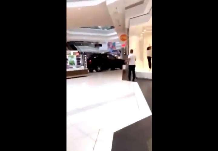 Estrella camioneta dentro de centro comercial de EEUU y causa un caos (Vodeo)