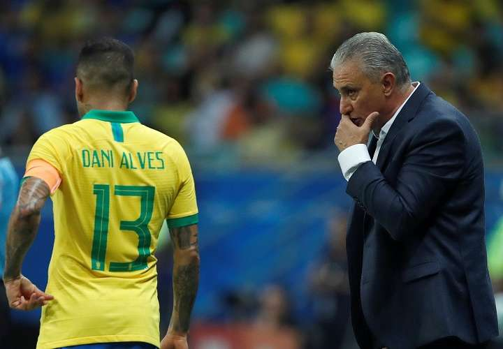 El entrenador de Brasil Tite (d) durante el partido Brasil-Venezuela del Grupo A de la Copa América. Foto: EFE