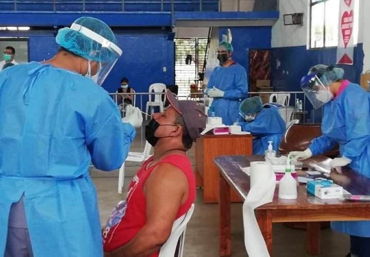 El distrito de salud de Aguadulce, en Coclé se instaló un centro de hisopado permanente ubicado en el gimnasio del colegio Rodolfo Chiarí.