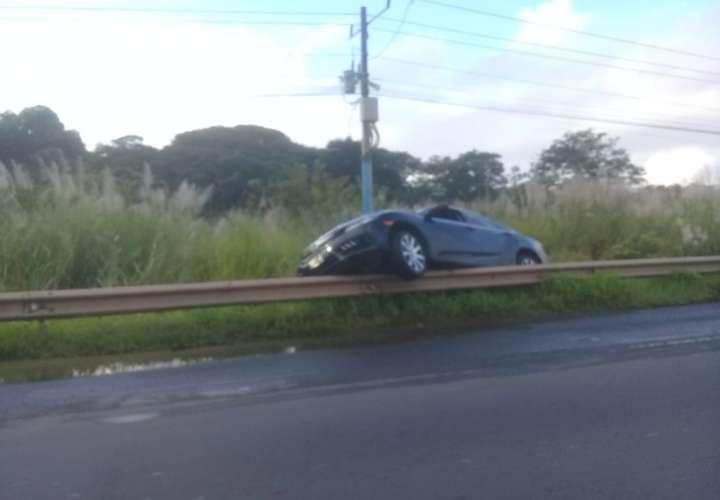 Auto terminó trepado en la barranda de la autopista Arraiján-La Chorrera