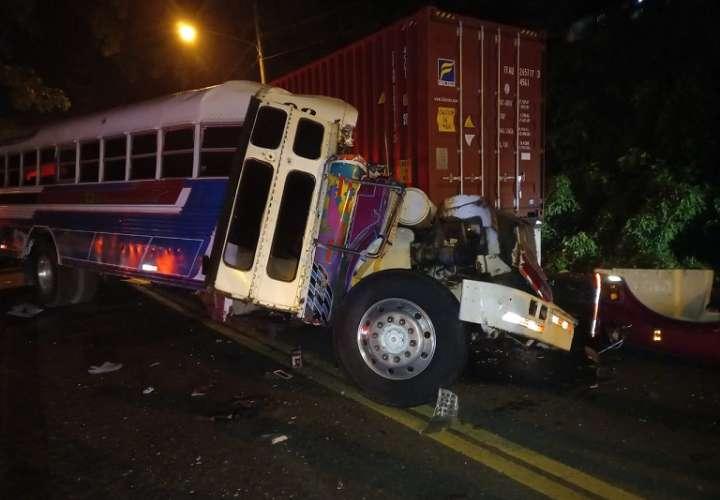 En el accidente se vieron involucrados un bus de la ruta Colón Salamanca, un camión de carga, y una camioneta 4 x 4.