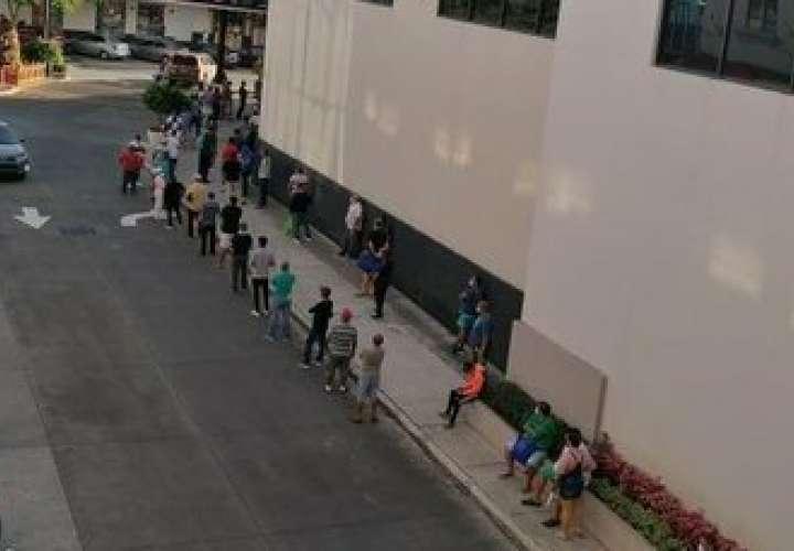 Los hombres también forman largas filas para comprar  [Video]
