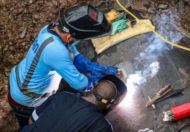 """Se restablece servicio de agua tras reparación sobre línea de 72"""""""