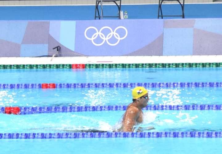 Tyler Christianson durante la participación en su heat eliminatorio de los 200 metros pecho en los Juegos Olímpicos de Tokio.