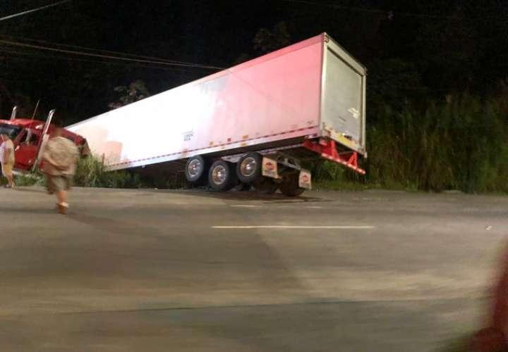 Camión articulado termina en cuneta en la vía Centenario
