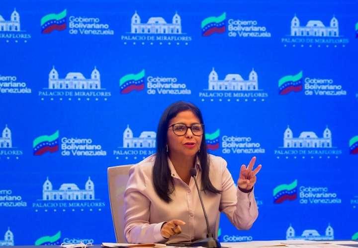 La vicepresidenta de Venezuela, Delcy Rodríguez, habla durante una rueda de prensa hoy, en Caracas (Venezuela). EFE