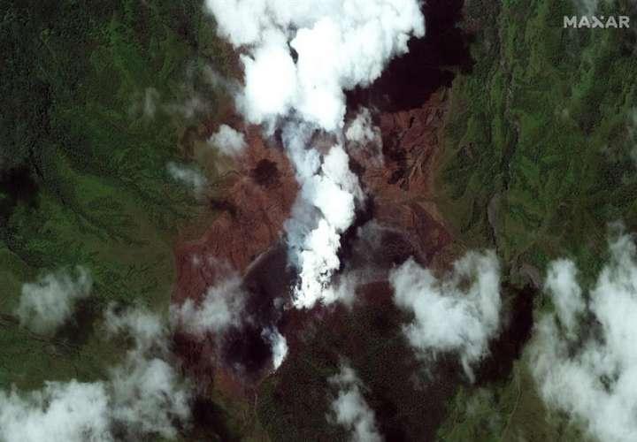 Fotografía satelital facilitada por Maxar Technologies que muestra el volcán La Soufriere en San Vicente y las Granadinas, el 8 de abril de 2021. EFE