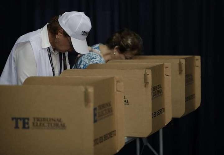 Personas votan en Ciudad de Panamá (Panamá). EFE
