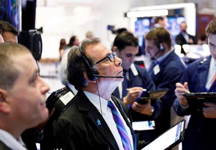 Wall Street cierra en rojo tras sesión volátil ante preocupación por COVID-19