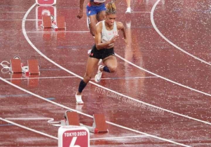 Gianna Woodruff durante su participación en las semifinales de los 400 metros con vallas de los Juegos Olímpicos de Tokio. Foto: COP