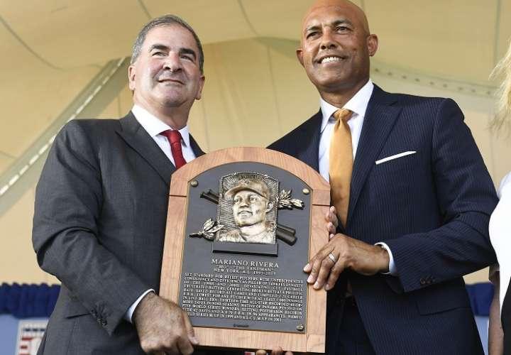 Tim Mead, presidente del Salón de la Fama del Béisbol, entrega la placa a Mariano Rivera. /AP