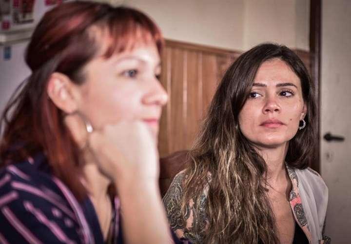 Yazmín Detez (i) y Mailin Gobbo (d), abusadas sexualmente por el excura Carlos José, hablan durante una entrevista con Efe el 27 de febrero de 2019 en Buenos Aires (Argentina). EFE