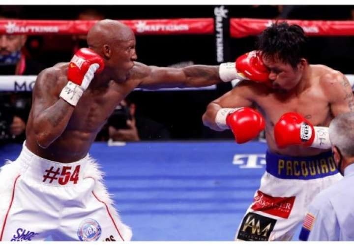 Yordenis Ugás (izq.) conecta un golpe a Manny Pacquiao durante el combate.
