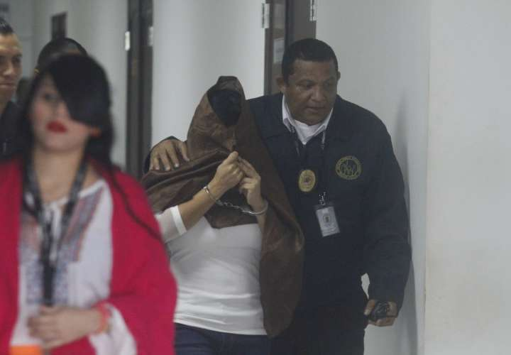 Defensor de abogada investigada por 4 crímenes deja el caso