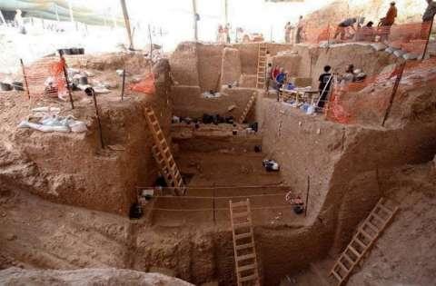 Vista de la sección profunda durante la excavación en Nesher Ramla, yacimiento israelí donde han sido hallado restos fósiles (un fragmento de hueso parietal de un cráneo y una mandíbula casi completa) de unos 130.000 años.EFE