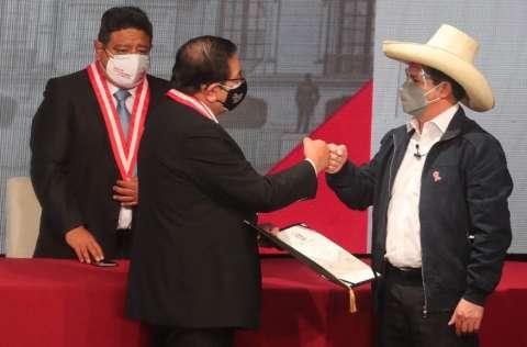 El maestro y sindicalista Pedro Castillo, recibe sus credenciales. FOTO/EFE