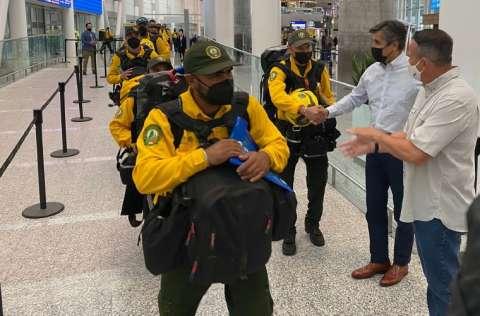 Un contingente de 103 bomberos mexicanos llegaron para combatir los incendios forestales, en Canadá que vive una de sus peores temporadas. FOTO/EFE