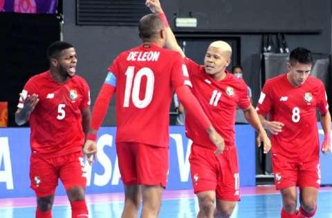Abdiel Castrellón (11) marcó los dos goles de Panamá. Foto:Fepafut