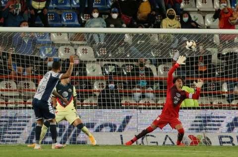 Felipe Pardo (i), del Pachuca, anota un gol. Foto:EFE
