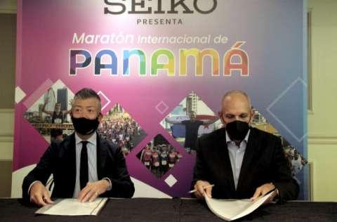 Fumio Tanaka, presidente de Seiko Panamá (i) y Gregorio Miró, presidente del Club Corredores del Istmo. Foto: Víctor Arosemena