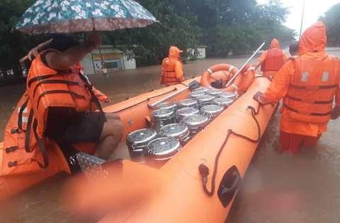 Se han rescatado a más de 150 personas en la ciudad de Chiplun. FOTO/EFE