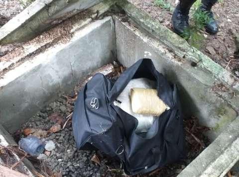 La droga estaba oculta en un caleto en un lote baldío.