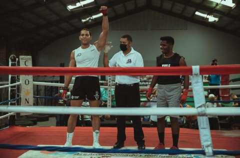 Amado Davis (izq.), ganó en combate realizado en la categoría de los pesos pesados. Foto: Cortesía
