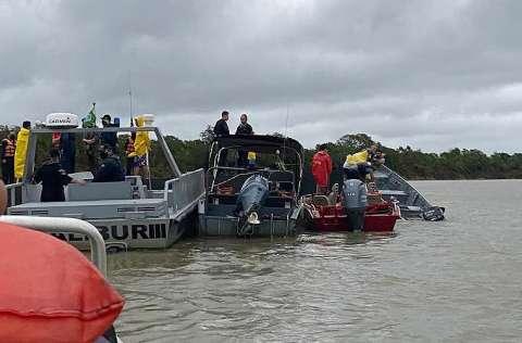 Rescatistas ayudan a las personas de un barco-hotel que naufragó. FOTO/EFE