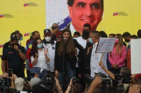 Camila Fabbri, esposa de Alex Saab, durante una concentración de apoyo al empresario colombo-venezolano, en Caracas. FOTO/EFE