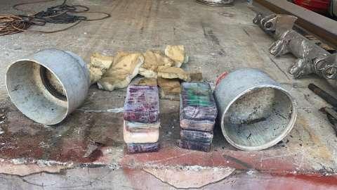 Los miembros de la DIJ abrieron el tanque de gas por la mitad, encontrando dentro los paquetes de sustancia ilícita.