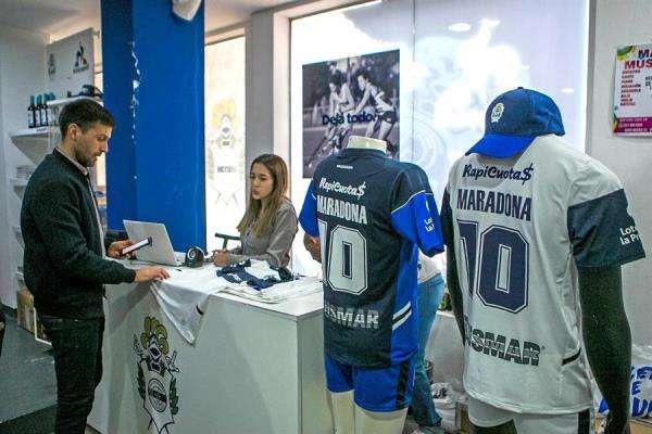El club ya puso a la venta mercancía alusiva a Diego Maradona 7 EFE