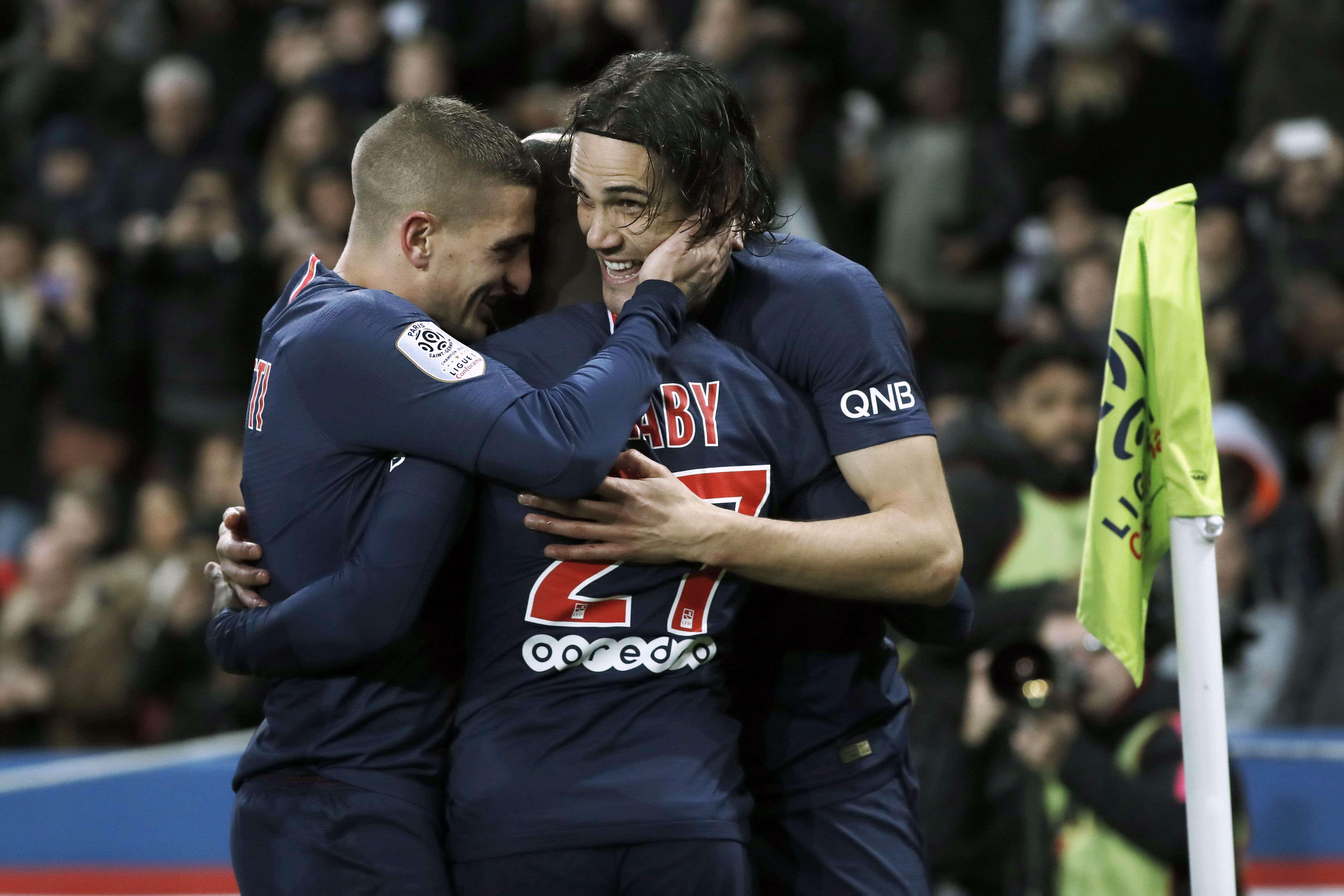 El uruguayo Cavani es felicitado por sus compañeros. /EFE