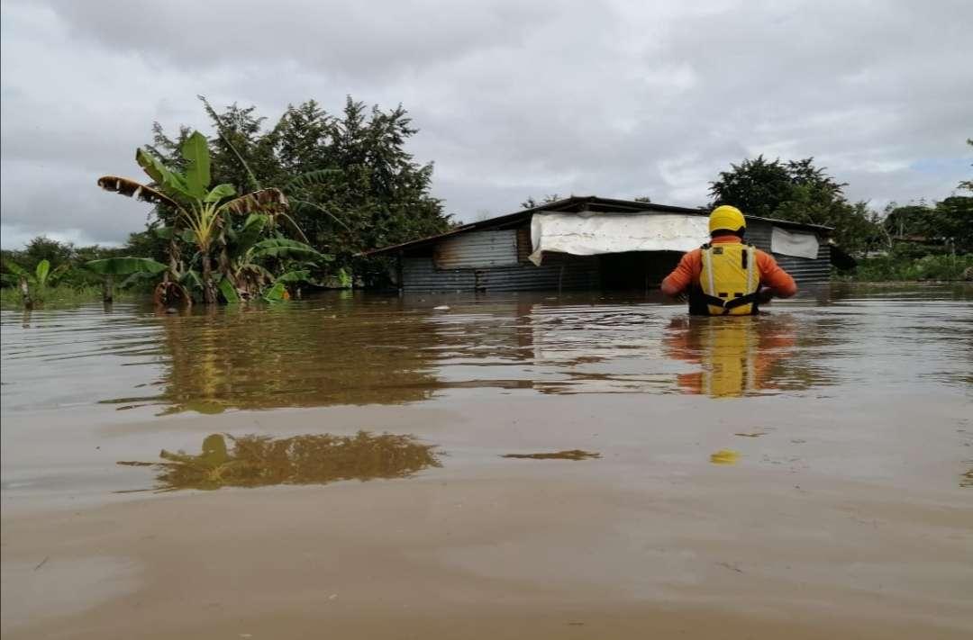 Rescatistas evalúan las afectaciones en residencias del lugar.