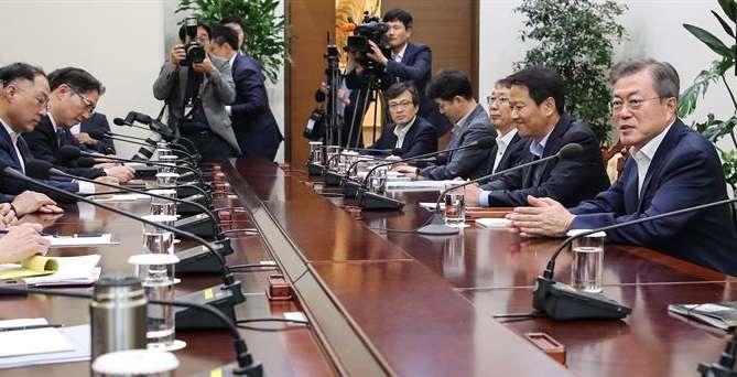 El presidente de Corea del Sur, Moon Jae-in (d), conversa durante una reunión con sus ministros de Seguridad y sus principales colaboradores. EFE