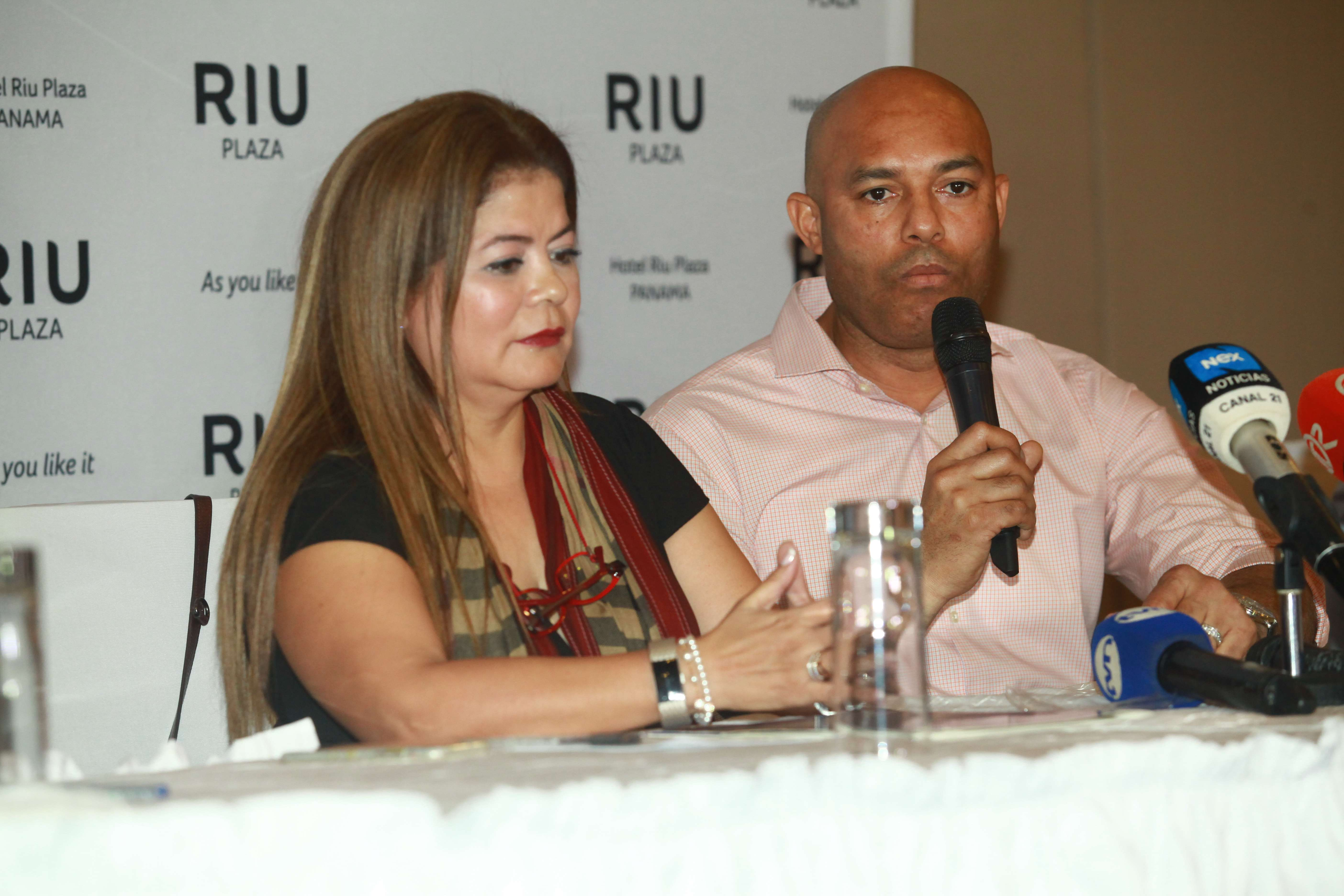 La abogada Mayti Álvarez junto a Mariano Rivera. /Foto: Anayansi Gamez