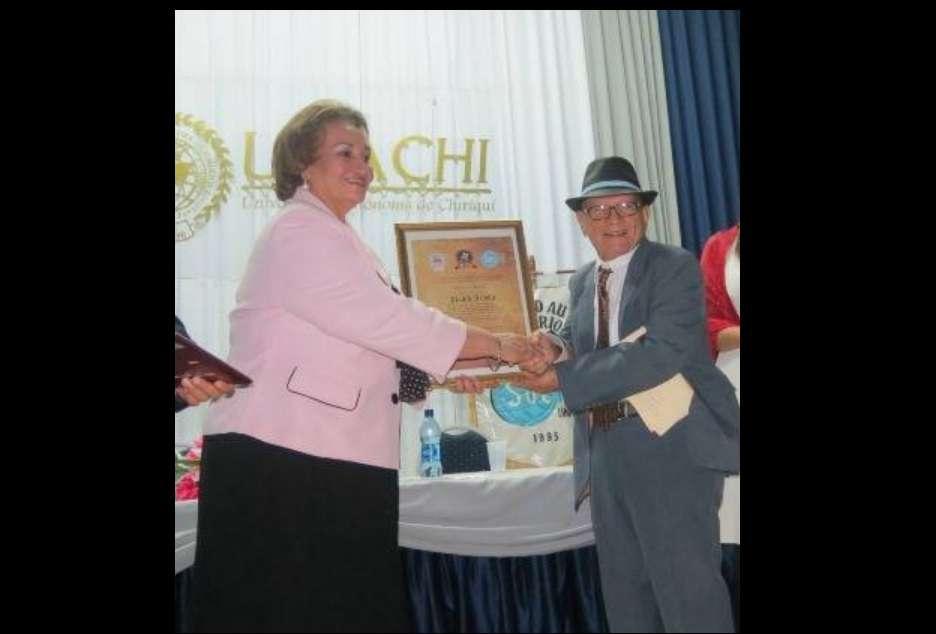 Acosta recibió decenas de reconocimientos por su labor como catedrático universitario.