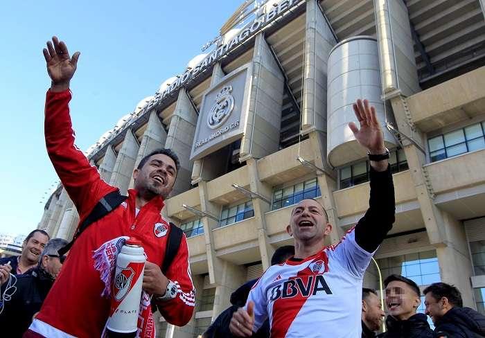 Aficionados de River Plate se concentran en las inmediaciones del Santiago Bernabéu donde este domingo se jugará la final de la Copa Libertadores . EFE/Eduardo Oyana