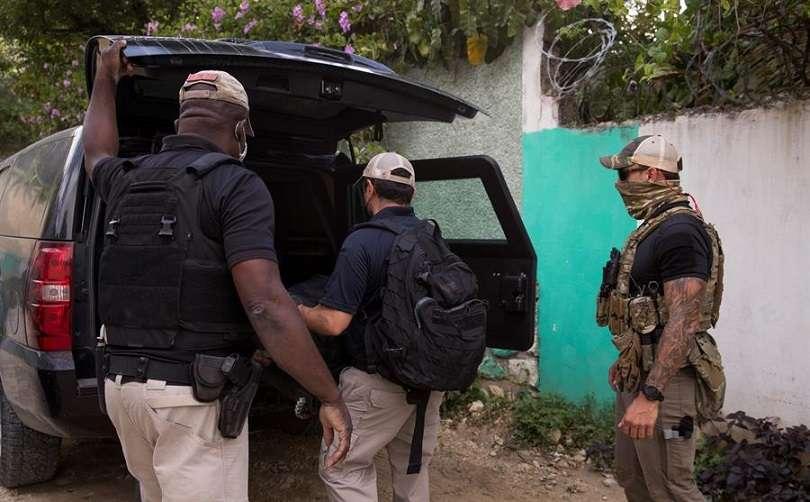 Fotografía tomada el pasado 15 de julio en la que se registró a tres agentes del FBI, tras realizar pesquisas en la residencia donde fue asesinado el expresidente de Haití Jovenel Moise, en Puerto Príncipe (Haití). EFE